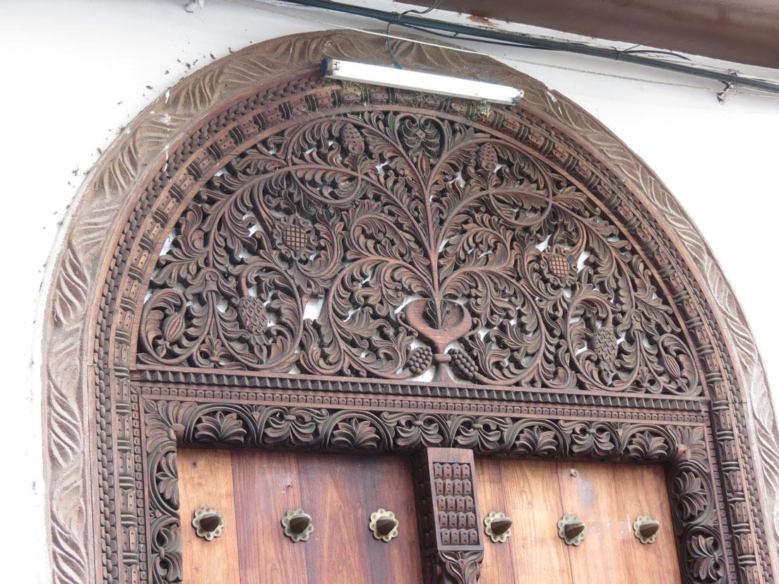 Ünlü Zanzibar kapılarına hşap işlemeli bir örnek
