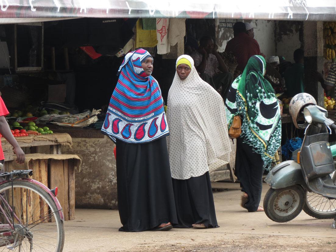 Yöresel kıyafetli kadınlar