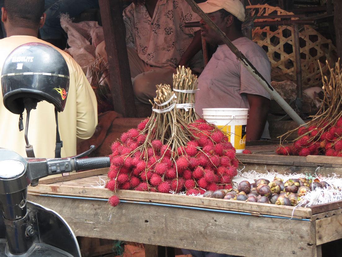 Pazarda çeşit çeşit tropik meyve satılıyor