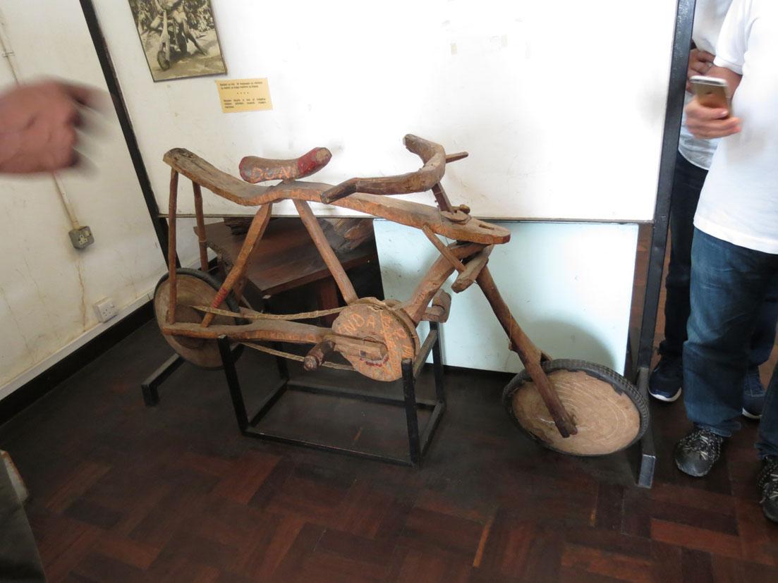 Tanzanya Milli Müzesi'nde sergilenen ahşap bisiklet