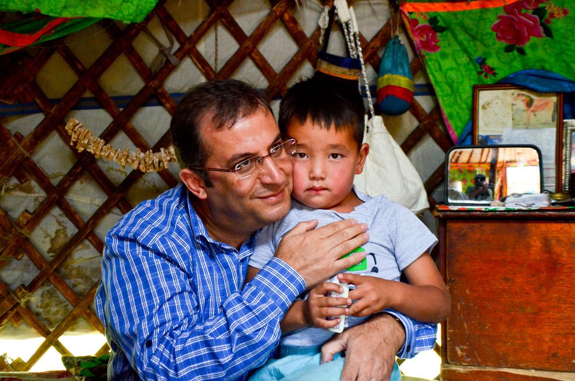 Dede ve ninesini ziyarete gelen sevimli Moğol çocuğu