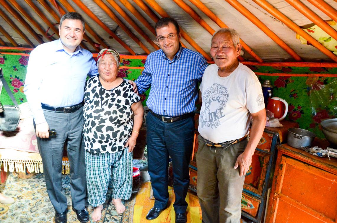 Büyükelçimizle birlikte ger'lerine misafir olduğumuz yaşlı Moğol çifti