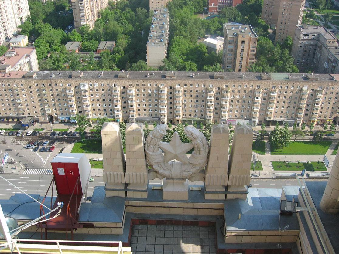 Binanın tepesinden komünizmin iki sembolü: Kızıl Yıldız ve sosyal konutlar