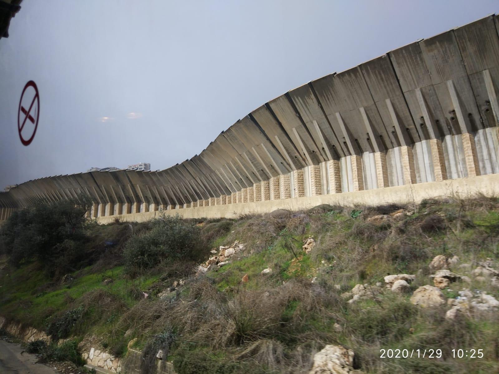Kudüs'ün etrafında giriş-çıkışları kontrol altında tutmak için İsrail'in yer yer inşa ettiği duvar