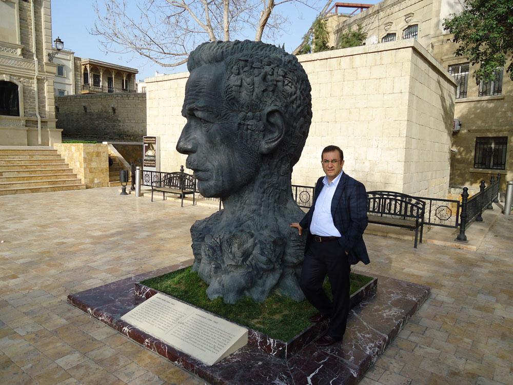 Şair ve Gazelhan Aliağa Vahid'in heykeli