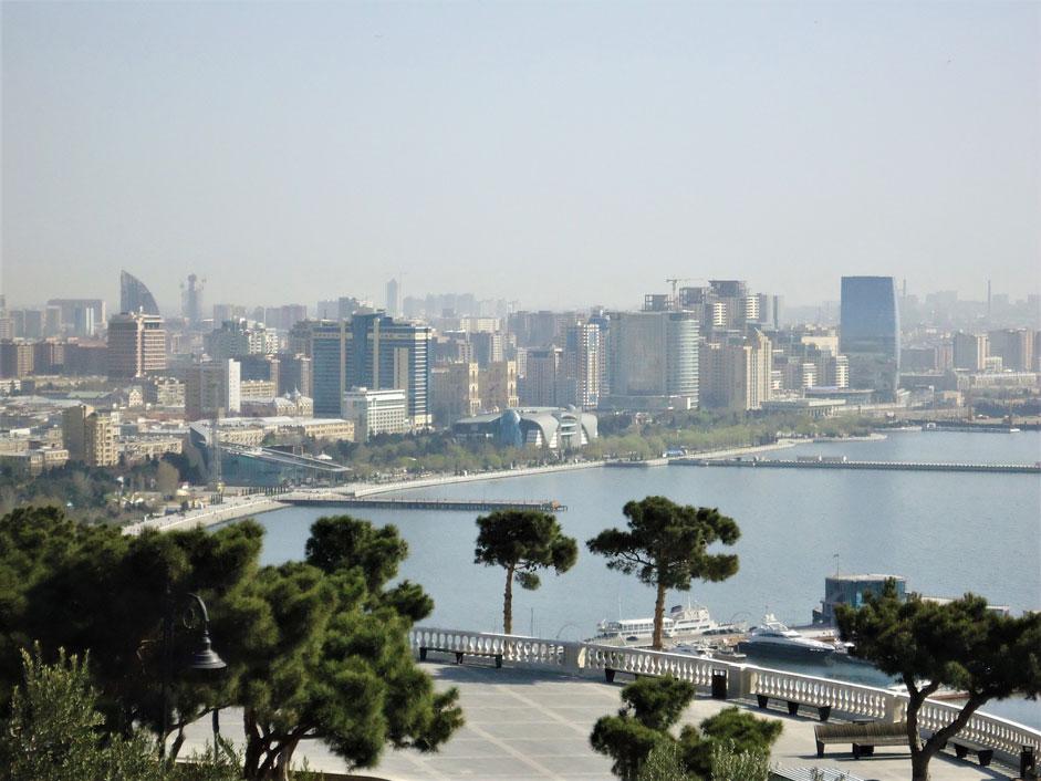 Şehir manzarası eşliğinde sahil boyunca uzanan Bakü Bulvarı