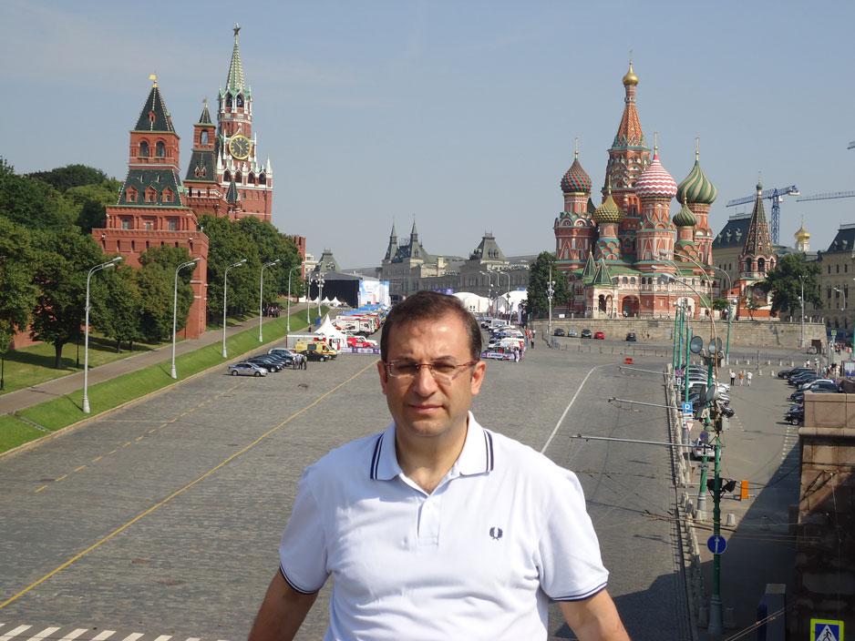 Kremlin Sarayı ve Aziz Basil Katedrali önünde