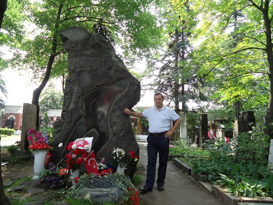 Nazım Hikmet'in mezarı başında
