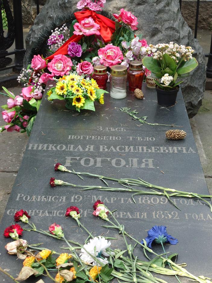 Novodeviçi Mezarlığı'nda Nikolai Gogol'ün mezarı