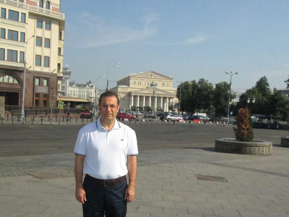 Arka planda Bolşoy Tiyatrosu