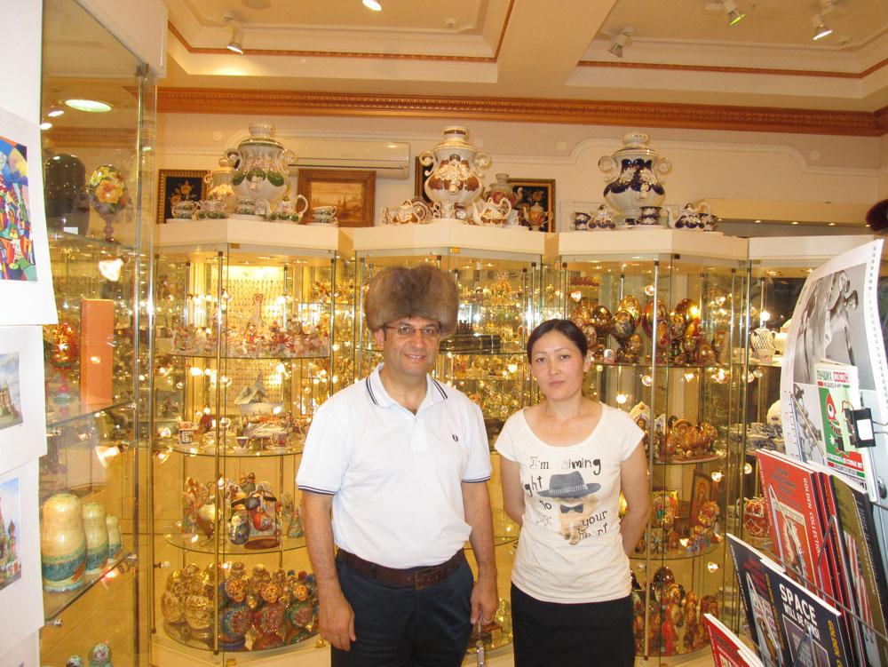 Hediyelik eşya dükkanında bir Türk kızı. Kırgız veya Özbek asıllı.
