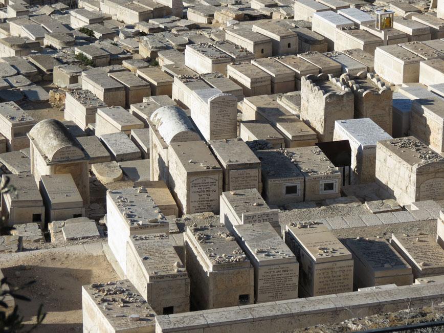 Tapınak Dağı'na nazır bu mezarlar Yahudiler için çok değerli... Mezarlar üzerindeki taşlar ziyaretçiler tarafından ziyaretlerine şahitlik etmesi için konuyormuş.