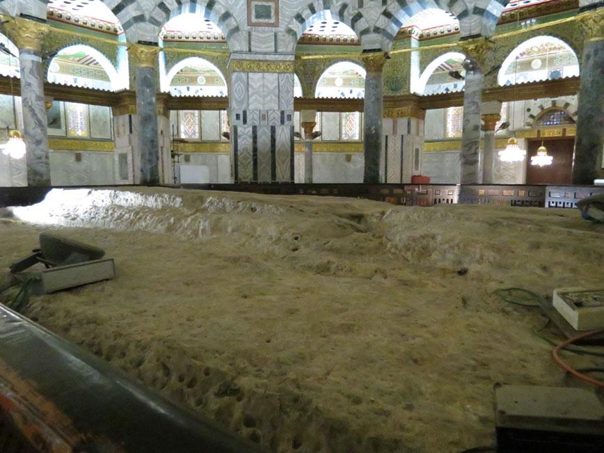 Hz. Peygamber'in (SAV) Kubbetü's-Sahra'nın içerisindeki bu kayadan Mi'raç'a çıktığı rivayet ediliyor.