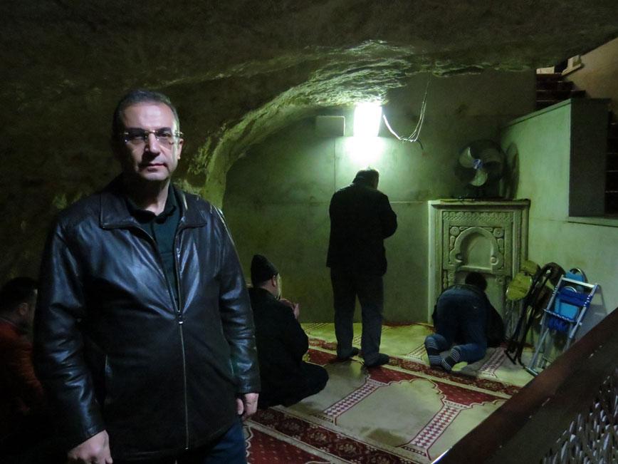 Kubbetü's-Sahra'nın içerisinde Miraç'a çıkıldığına inanılan Muallak Kayası'nın (asılı kaya) altındaki küçük mescit