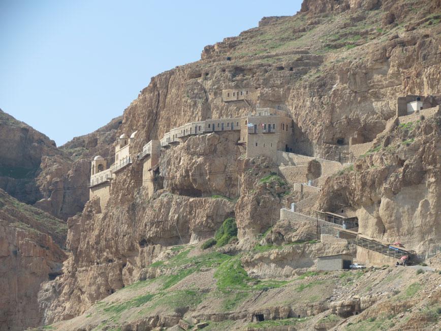 Eriha yakınlarındaki bu bölge Hz. İsa'nın 40 gün şeytanla imtihan edildiği Ayartma Dağı. Resimde bu dağa inşa edilen manastır görülüyor.