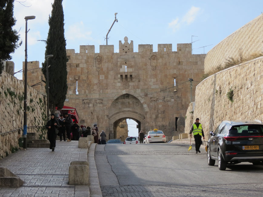 Kadim Kudüs'ün kapılarından Esbat (Kabileler) Kapısı, üzerindeki aslan figürleri dolayısıyla Aslanlı Kapı olarak da biliniyor.