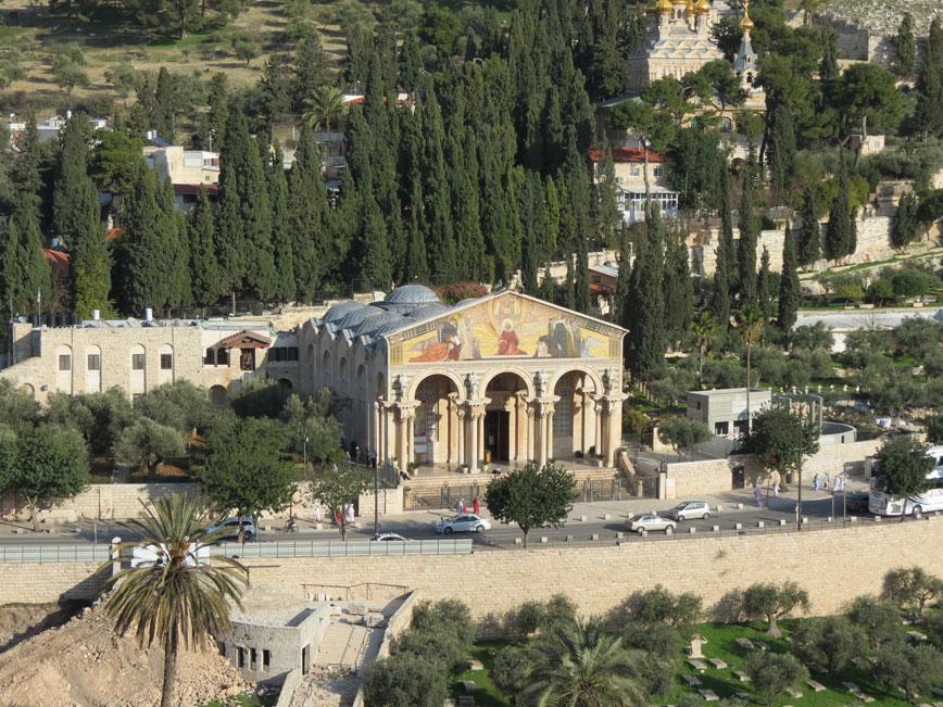 Tüm Milletler Kilisesi, Zeytindağı eteklerinde, Hz. İsa'nın ihanete uğradığı için üzülerek ağladığına inanılan yerde inşa edilmiş. Bahçesindeki zeytin ağaçlarının o dönemden kaldığı ve Hz. İsa'nın bunları gördüğü rivayet ediliyor.
