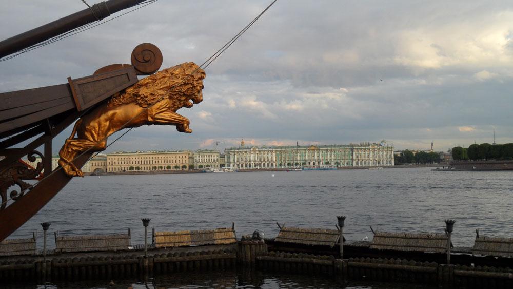 Karşı kıyıdan Kışlık Saray, yani Hermitage Müzesi