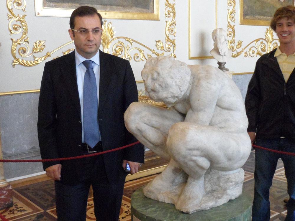 Michelangelo'nun Çömelen Çocuk heykeli