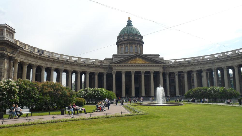 St. Petersburg'un Kazan Katedrali. Aynı adla bir de Moskova'da var