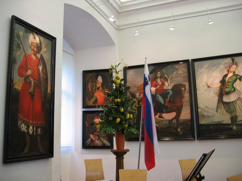 Kalenin duvarlarında Osmanlı resimleri de serpiştirilmiş...