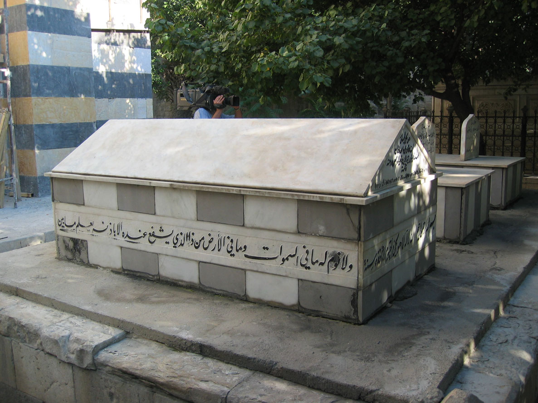 Sürgünde bulunduğu İtalya'nın San Remo kentinde vefat eden Sultan Vahideddin'in naaşı Şam'daki Sultan Selim Camii bahçesinde bulunan bu mütevazı mezara defnedilmiş...
