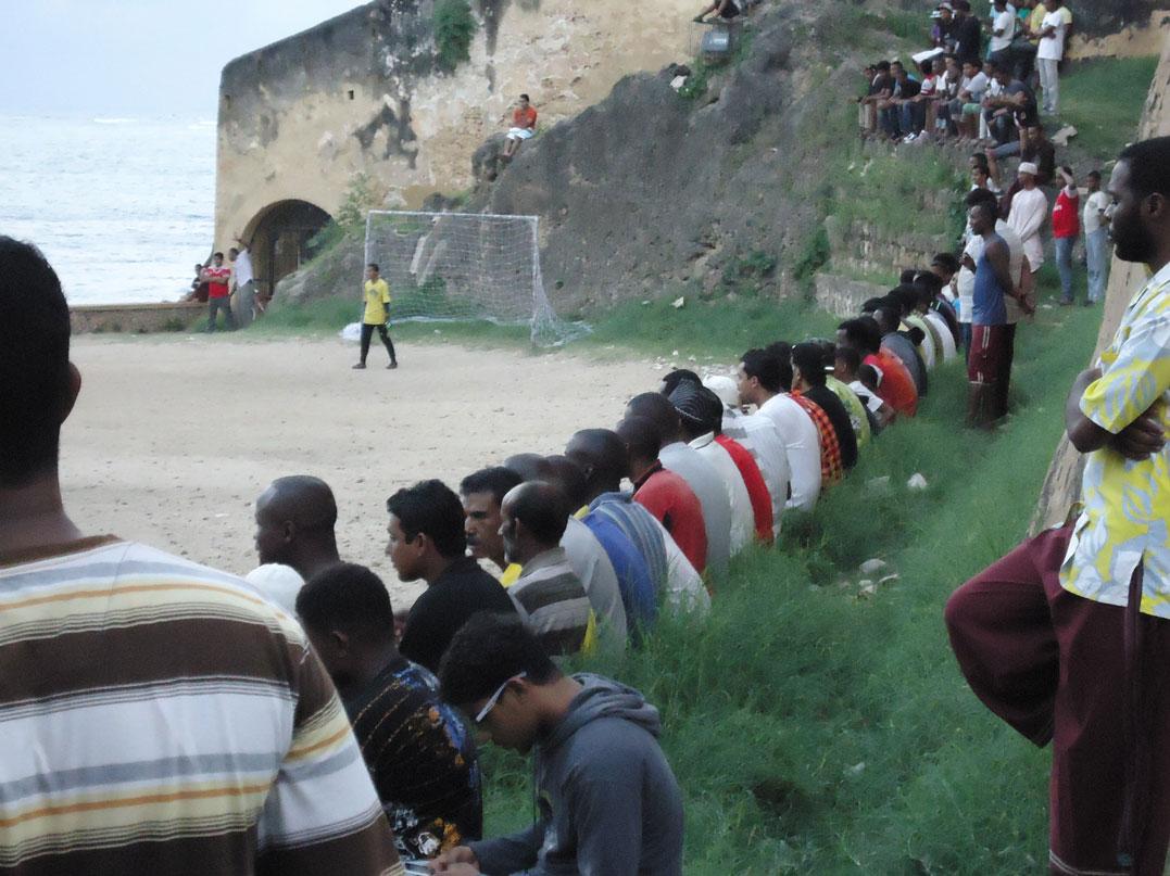 Mombasa'da futbol maçı izleyenler