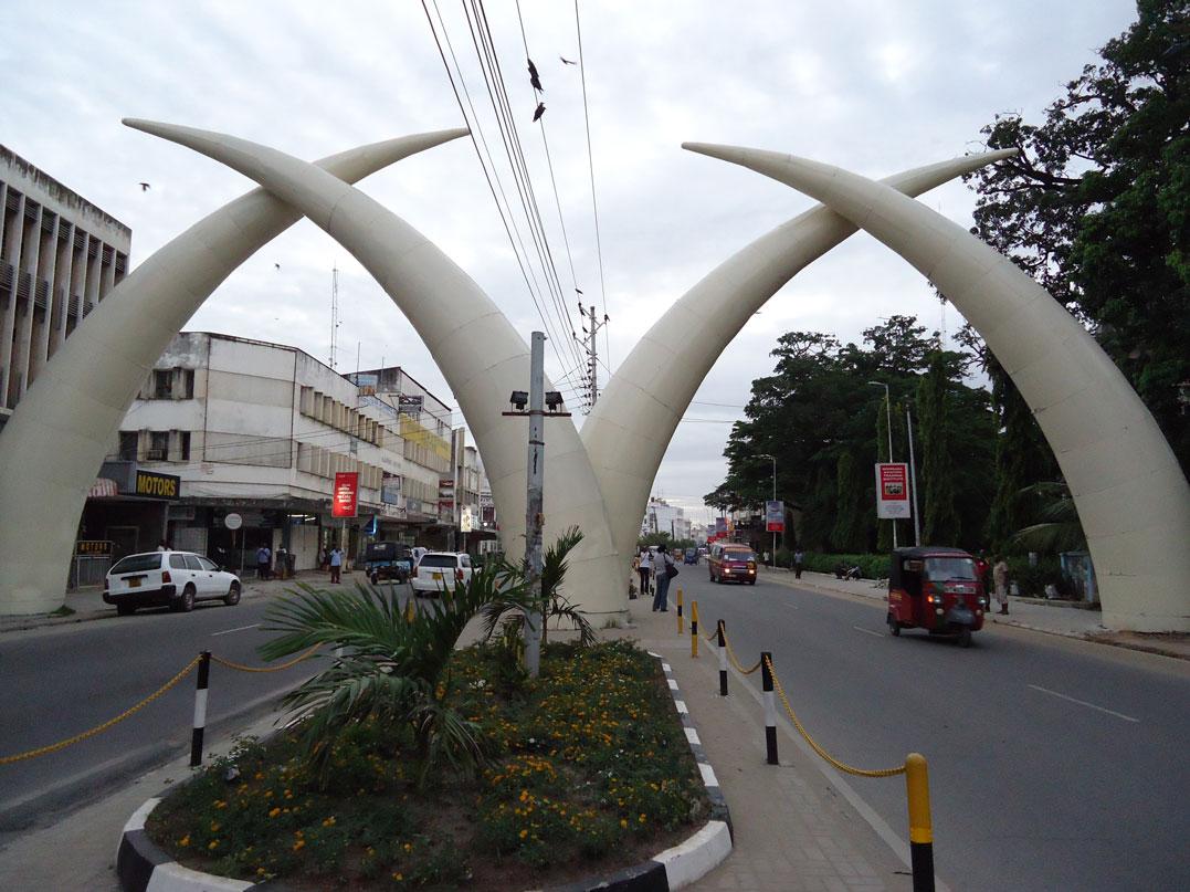 """Şehir merkezinde """"Mombasa Fildişleri (Mombasa Tusks)"""" denilen yapı"""