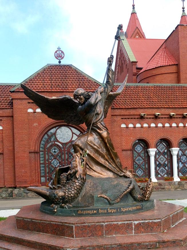Kızıl Kilise'nin önündeki bu heykel, Melek Mikail'in ejderhayı öldürüşünü temsil ediyor