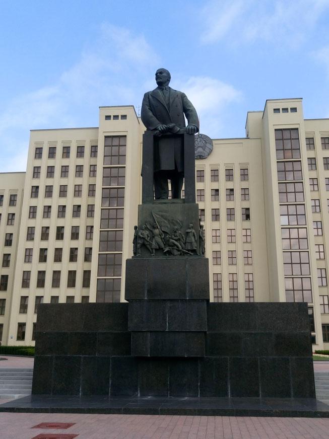Belarus Parlamentosu önünde Lenin heykeli