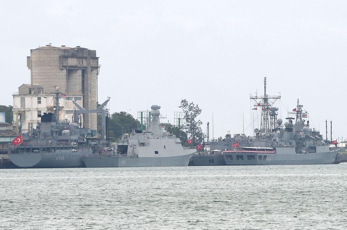 Mombasa Limanı'nın ziyaretçileri Türk savaş gemileri