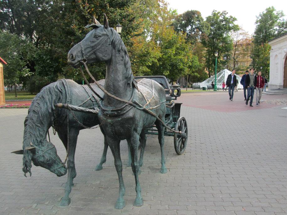 Belediye Binası'nın bitişiğindeki bu heykel, 18. yüzyıl sonlarında Minsk Valisi olan Zakhariy Korneyev'in atları ve arabasını temsilen yapılmış.