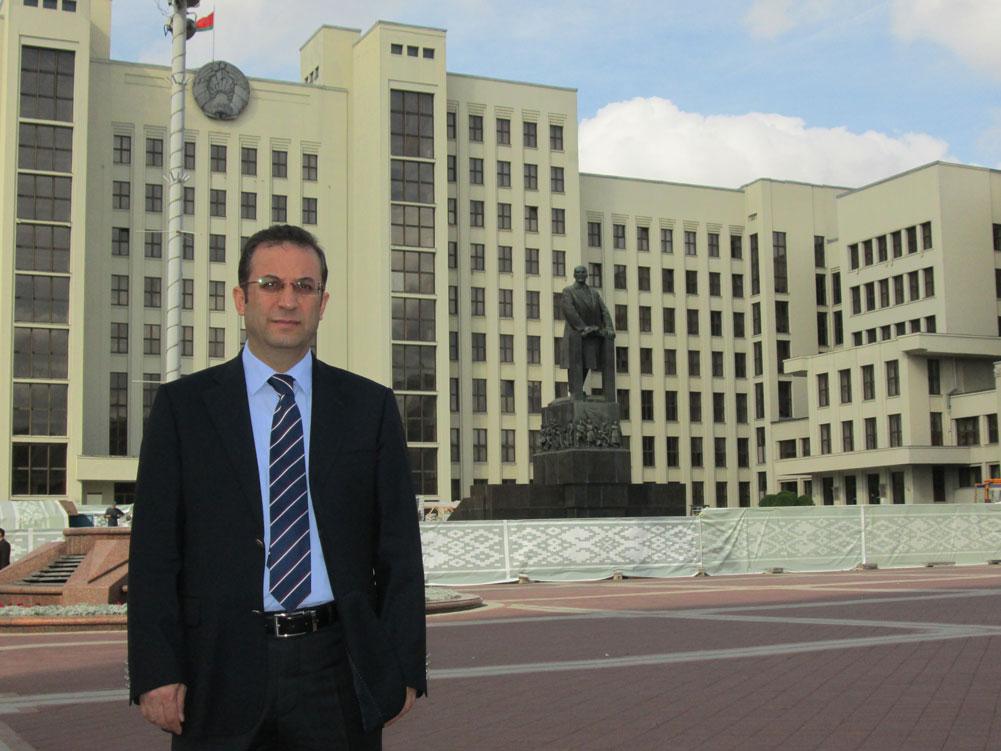 """""""Hükümet Evi"""", yani Parlamento binası ve Lenin heykelinin önünde"""