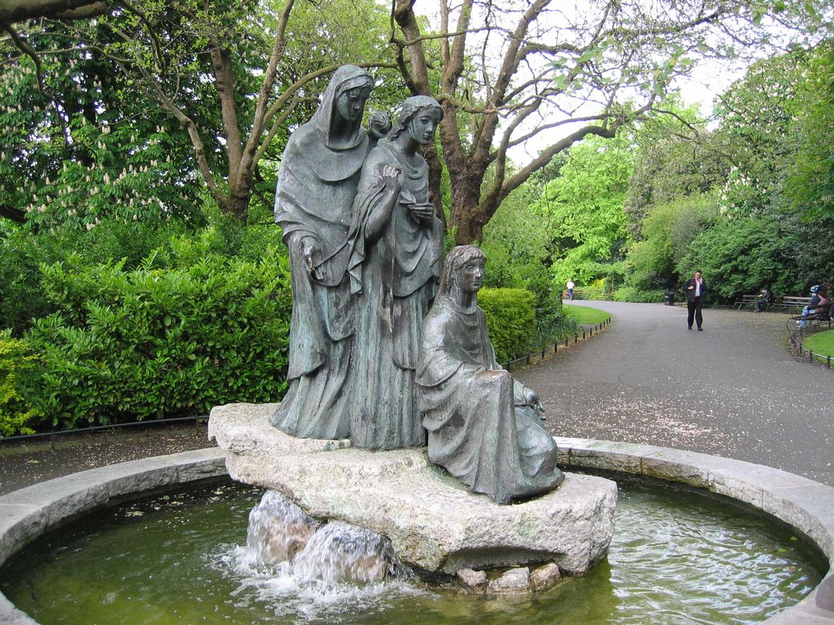 Aziz Stephen Parkı'daki kader tanrıçaları adlı heykel, İrlanda halkının II. Dünya Savaşı sonrasında Alman çocuklarına yardımları anısına 1956'da Almanya tarafından hediye edilmiş.