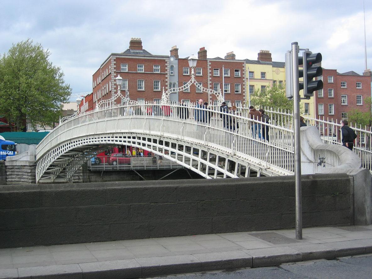 """1816'da döküm demirden yapılan Liffey Köprüsü, ilk zamanlar geçiş ücreti olarak alınan 1,5 penny (penny-half-penny) sözünün evrilmesiyle bugün """"Ha'penny Köprüsü"""" olarak anılıyor"""