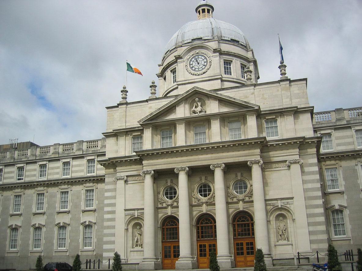 Government Buildings adlı bu bina bazı bakanlıklara ev sahipliği yapıyor