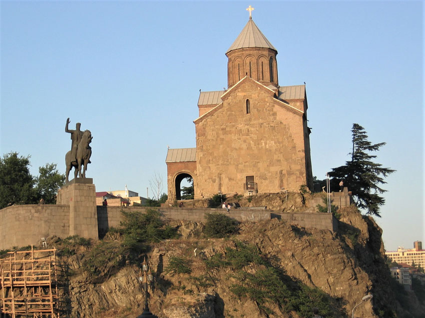 Vakhtang Gorgasali heykeli ve arkasında Metekhi Kilisesi