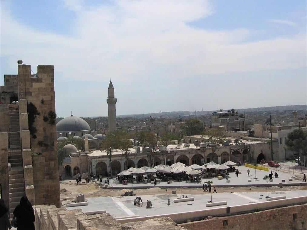 Halep Kalesi'nin karşısında Mimar Sinan'ın eserlerinden biri olan Hüsreviye Camii. İç savaşta maalesef büyük hasar aldı ve minaresi yıkıldı.