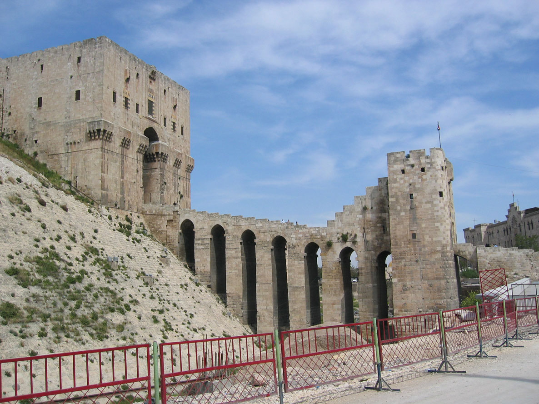 Halep Kalesi'nin köprülü ana giriş kapısı