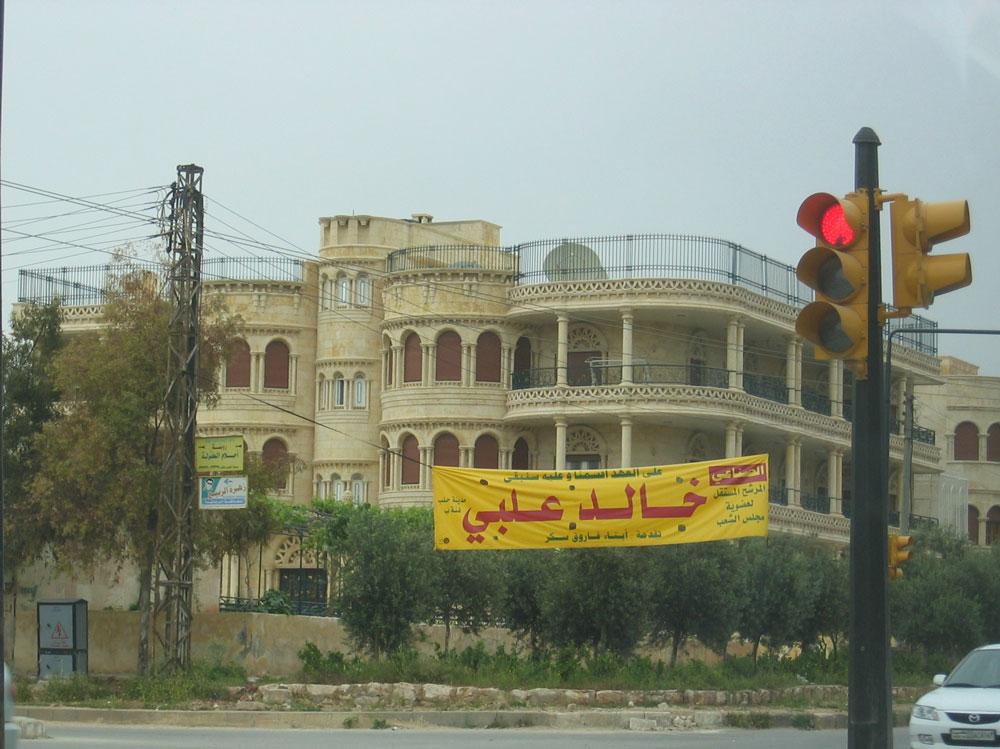 """""""Kayşani"""" denilen Halep taşı ile inşa edilmiş bir bina. O günlerde yapılacak seçimlerin afişleri de sağda solda asılı..."""