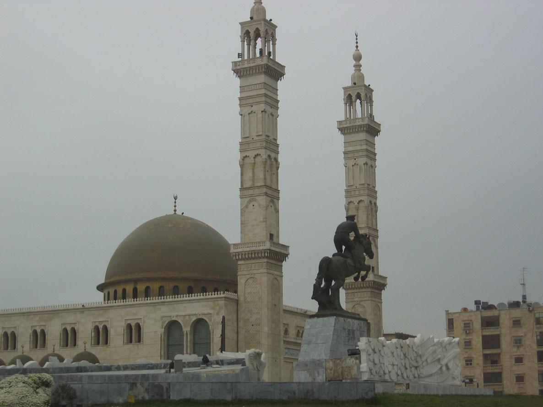 Hafız Esad'ın büyük oğlu Basil Esad'ın heykeli ve onun adına yapılan cami. 1994'te bir trafik kazasında ölmeseydi devlet başkanlığını babasından Beşar'ın değil, Basil'in devralması bekleniyordu.