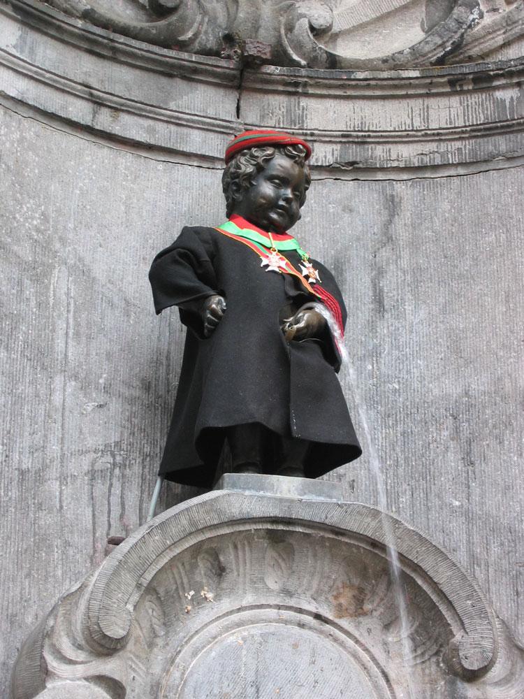 Brüksel'in simgelerinden biri haline gelen İşeyen Çocuk heykeli. Bazen çıplak, bazen de o günün anlamına uygun bir kıyafete bürünüyor.