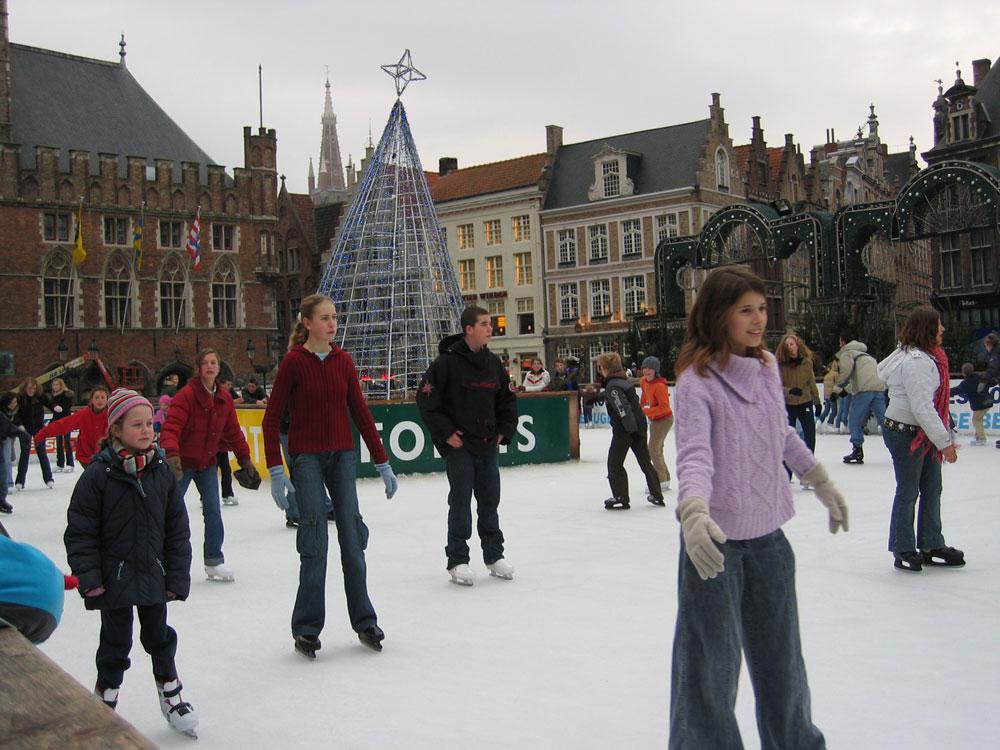 Brugge'de açık alanda buz pateni keyfi