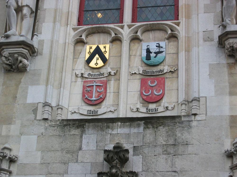 Brugge Katedrali'nin duvarlarında tanıdık semboller...