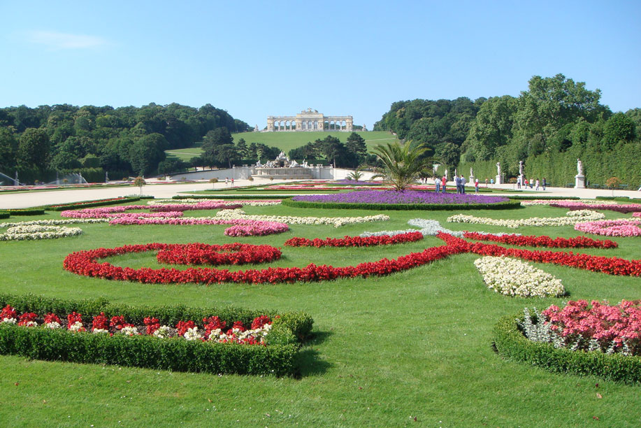 Schönbrunn Sarayı, özellikle bahçeleri ile görülmesi gerekli mekânlardan...
