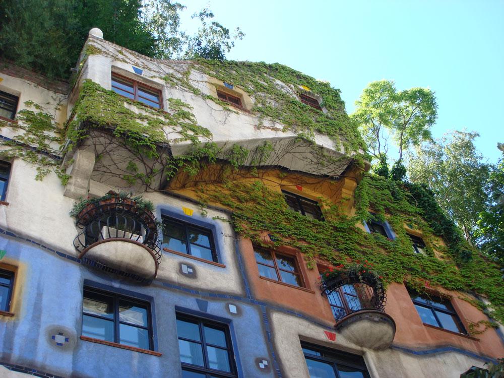 Hundertwasser Evi, inşa eden sanatçının adıyla anılan ilginç bir yapı. Halen konut olarak kullanılıyor.