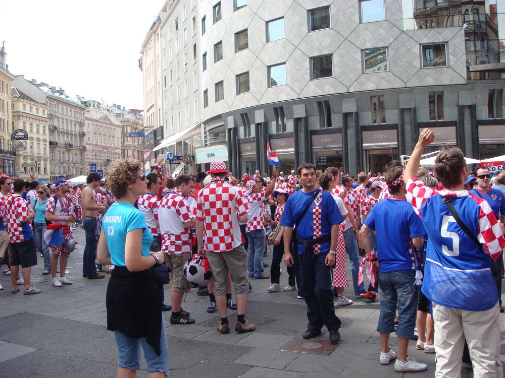 Graben Caddesi'nin Stefan Meydanı'na açıldığı nokta. O gün Hırvat taraftarlar Viyana sokaklarını doldurmuştu. Stadın da dörtte üçü Hırvat idi. Ama Türk Milli Takımı'na yenilmekten kurtulamadılar...