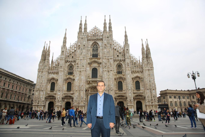 Milano Katedrali önünde