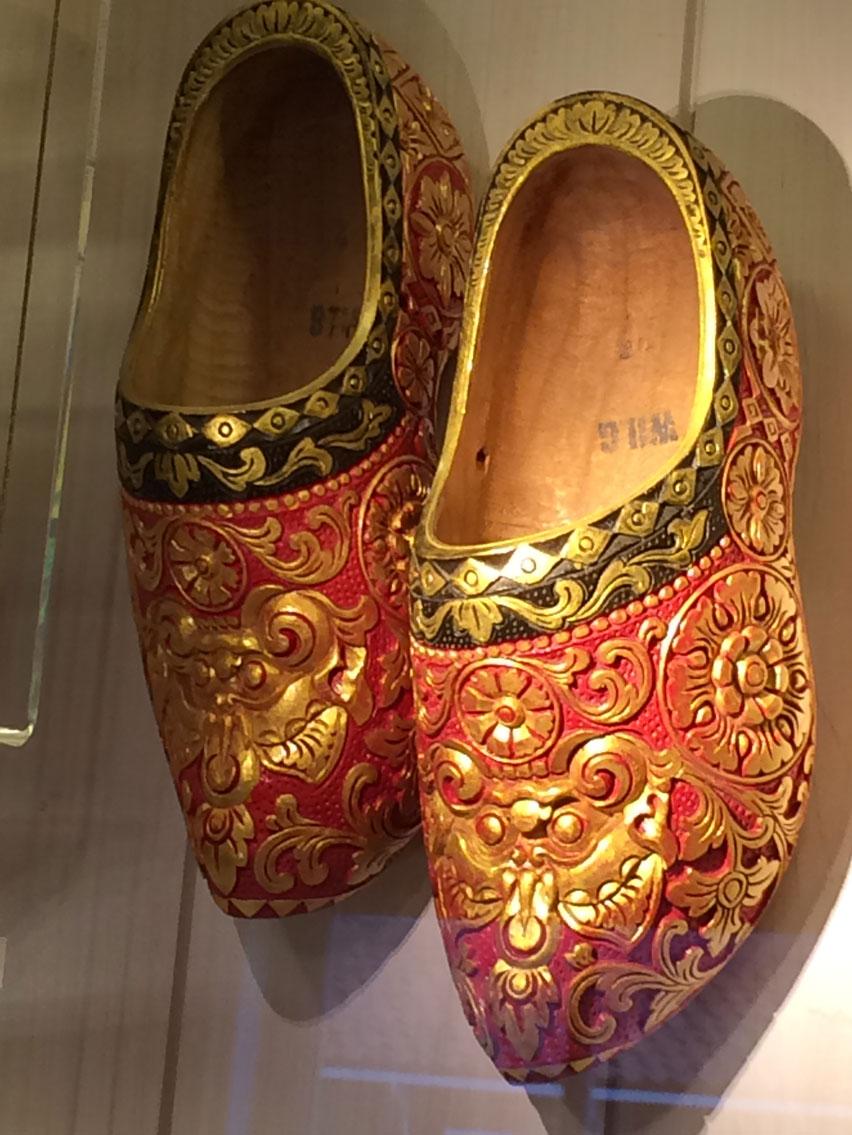 """""""Clog"""" ya da """"klompen"""" denilen tahta ayakkabıların süslü bir örneği"""