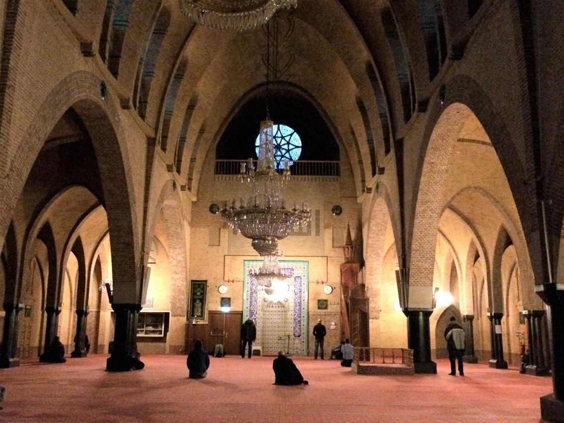 Amsterdam'daki Fatih Camii 1927'de bir Katolik kilisesi olarak inşa edilmiş. Zamanla cemaati kalmayınca Türk işçiler tarafından satın alınarak 1981'de camiye dönüştürülmüş.